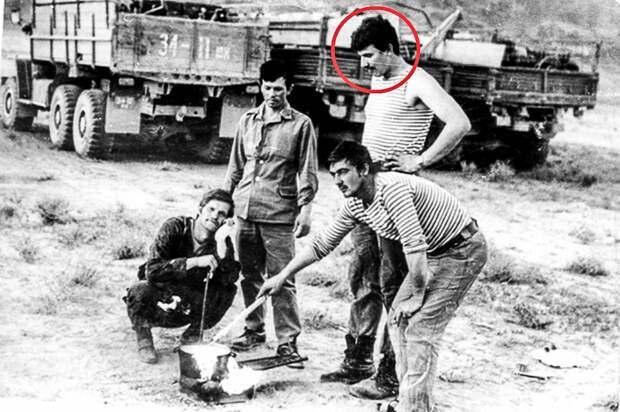 Юрий Слатов с военными водителями на привале. Афганистан. Фото 1980‑х годов