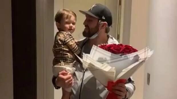 Овечкин развлекается в Дубае: прилетел к жене с букетом роз, играет в бассейне с сыном и в шахматы с тестем