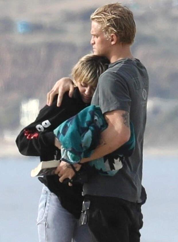 Пляжный отдых в январе: влюбленные Майли Сайрус и Коди Симпсон в Майами