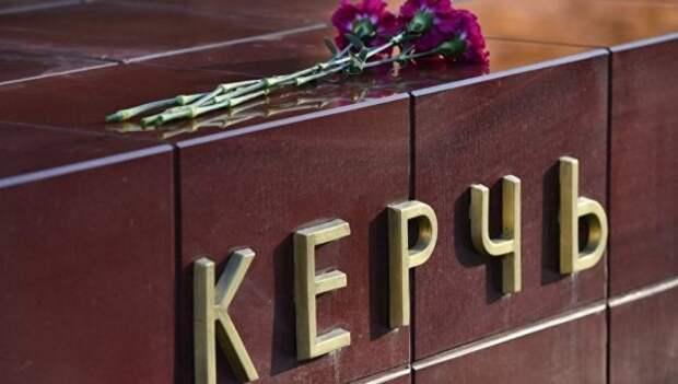 В центре Керчи люди прощаются с погибшими в колледже (СКРИН)