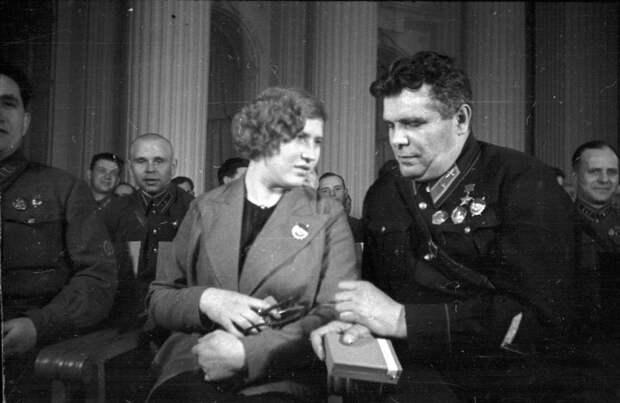 Герой Советского Союза Михаил Водопьянов и жена комкора Павлова. / Фото: www.russiainphoto.ru