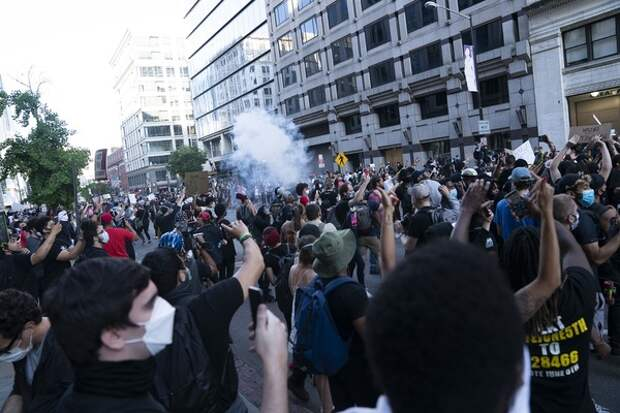 В США белые активисты запустили флеш-моб с коленопреклоненными извинениями перед темнокожими