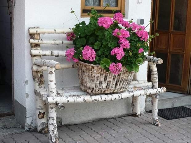 Используйте скамейку для горшков с цветами. Цветы можно всегда переставлять с места на место.