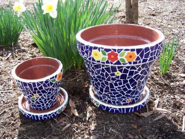 Цветочные горшки, декорированные мозаикой.