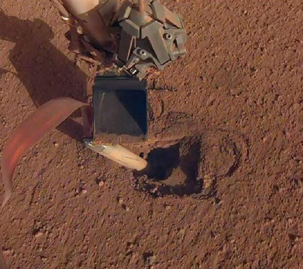 Бур зонда полностью погрузился в марсианский грунт