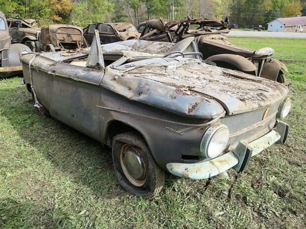 Самый неожиданный экспонат всей коллекции немецкий NSU Prinz 1963 года. Как он вообще затесался в тусовку американцев? авто, джанкярд, коллекция, коллекция автомобилей, олдтаймер, ретро авто, свалка автомобилей