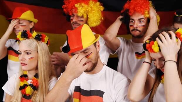 0:37 — в Германии сыграли абсурдный матч. Футболисты специально соблюдали социальную дистанцию: видео