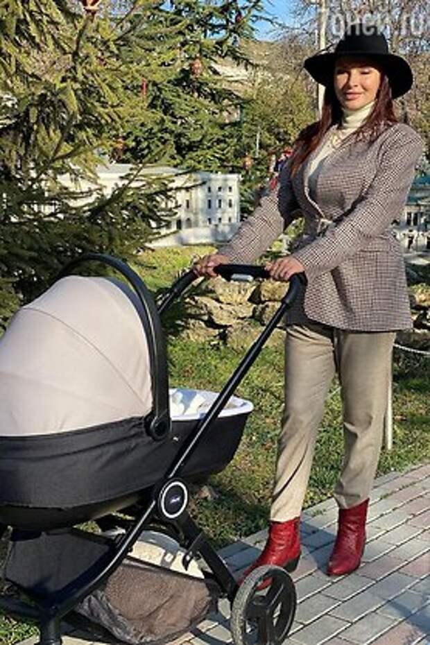 «По примеру Пугачевой»: появилось фото Эвелины Бледанс на прогулке с коляской