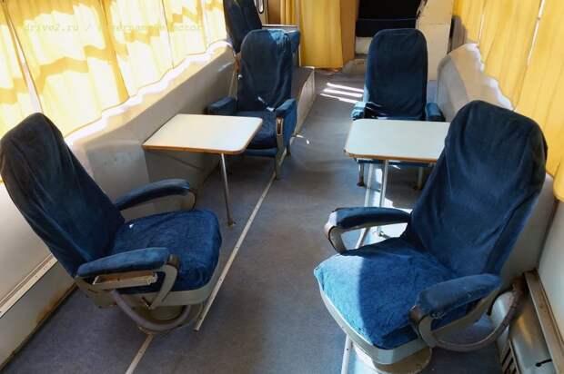 Поворотные кресла на переднем плане — для космонавтов. Весь салон зачехлён для сохранности ЛАЗ, авто, автобус, автомир, гагарин, космодром, лаз-695б, юрий гагарин