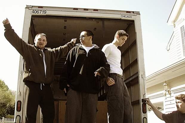 2002 год: 19-летний Айзекман (второй справа) и первые сотрудники United Bank Card переезжают из подвала дома его родителей в новый офис в Хэмптоне