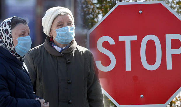В больнице Екатеринбурга образовалась огромная очередь на прививку от коронавируса