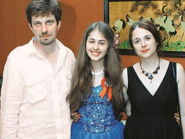 старший сын Григориу - Октавиан с женой и дочерью (7 дней.ru)