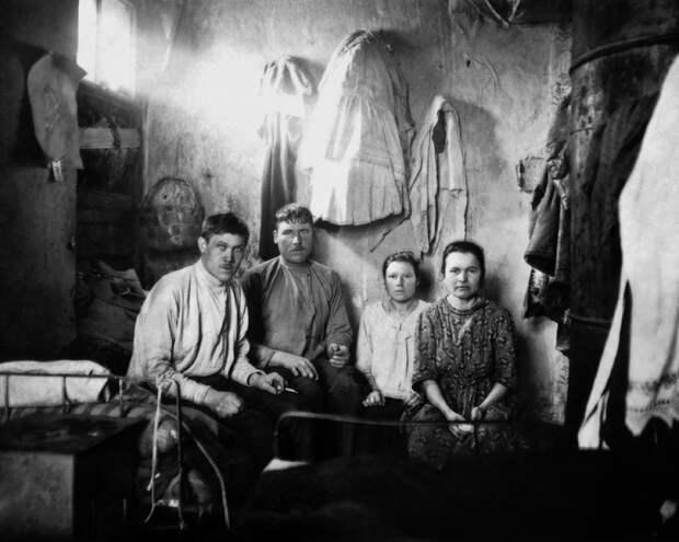 Две семьи рабочих кондитерской фабрики снимают угол в комнате. Петроград, 1920–1923 гг. Источник: ЦГАКФФД