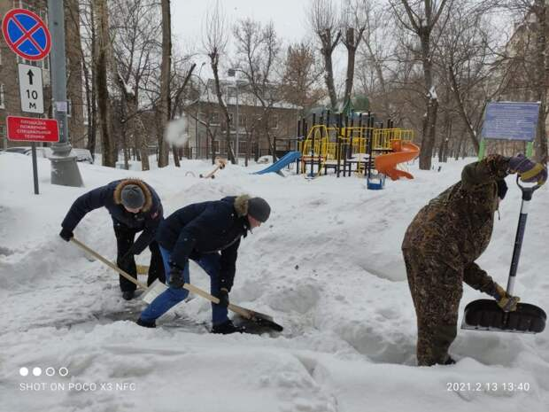 Жители Южнопортового помогли расчистить дворы от снега