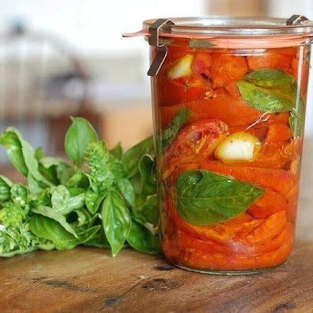 Очищенные помидоры, консервированные дольками, в собственном соку