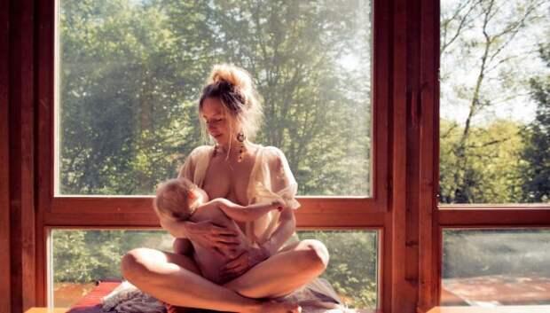 Всемирная неделя грудного вскармливания: смотрим, как красивые мамы кормят своих малышей
