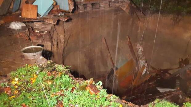 Как сквозь землю: на Брянщине половина жилого дома обрушилась в яму