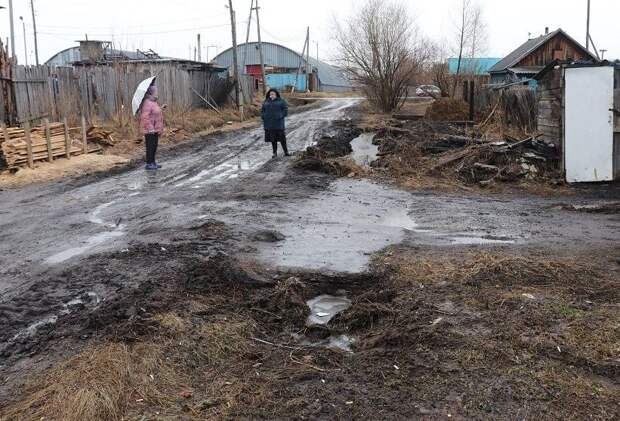 В Тайшете жители продолжают выкачивать воду из своих кюветов в соседние участки