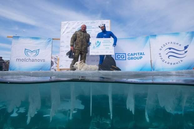 Российский фридайвер установил рекорд Гиннесса, нырнув на глубину 80 м под лед Байкала