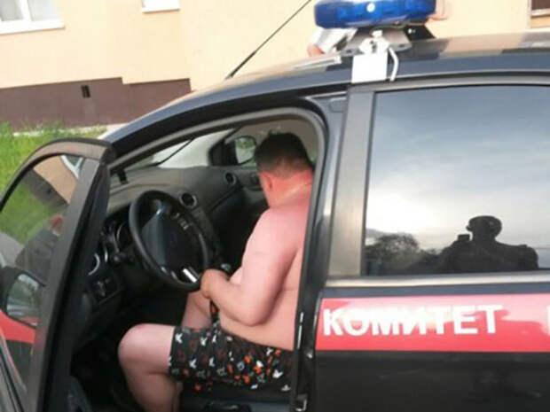 Очевидцы: По Невской Дубровке целый день катался мужчина в одних трусах - на машине Следственного комитета