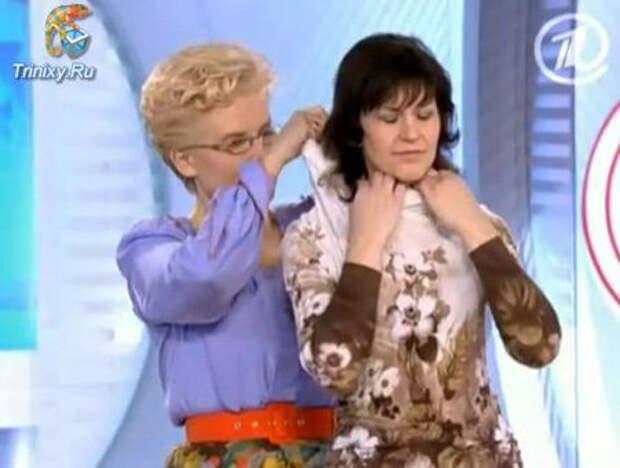 Елена МАЛЫШЕВА показывает на зрительнице...