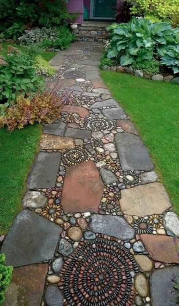 Галечная мозаика прекрасно вписывается в обрамление из камня. /Фото: i1.wp.com