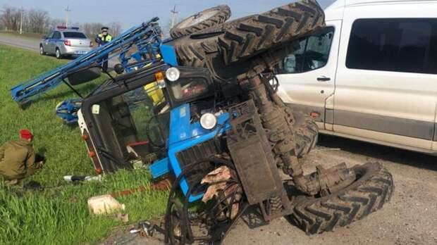 Три человека пострадали при столкновении трактора иавтобуса вРостовской области