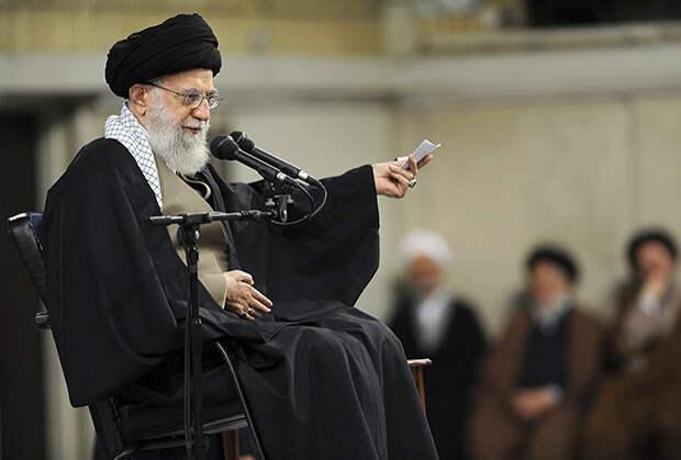 Аятолла — большой любитель плащей из верблюжьей шерсти, которые традиционно носят иранские священники. Чаще всего Хаменеи появляется в одежде черного цвета, но самые дорогие накидки в его коллекции — белые.