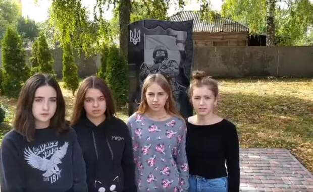Украинских школьниц заставили извиняться затанец упамятника «героям АТО»