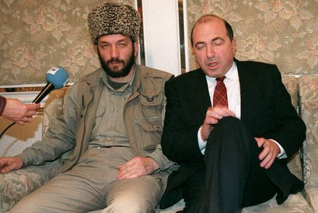 Мовлади Удугов и Борис Березовский братаются после заключения Хасавюртовских соглашений, август 1996 года