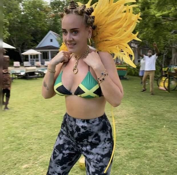Фото №1 - Мисс мотивация: невероятно стройная Адель в бикини с флагом Ямайки