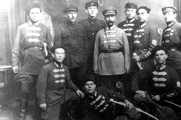 Семен Михайлович в окружении красных командиров
