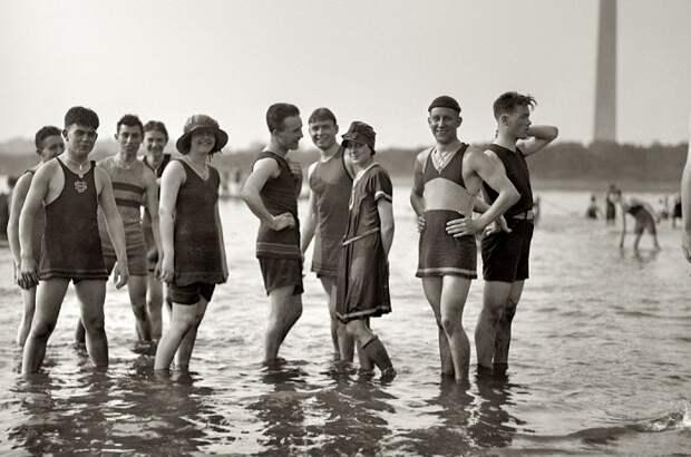 В начале 20 века мужчинам также не разрешалось оголять грудь.