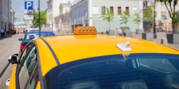 В аварии на Бутырской пострадали водитель и пассажир такси