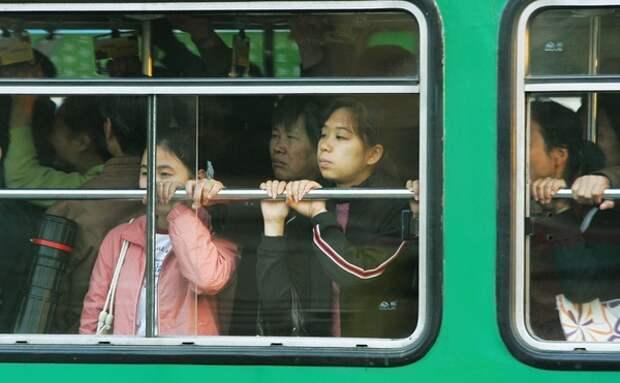 В китайских Ухане и Хуангане запретили выезд и приостановили движение автобусов из аэропорта
