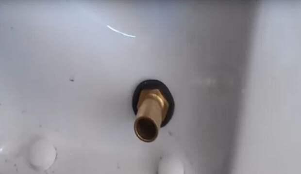 Сверлим дырку и вставляем слив. | Фото: youtube.com.