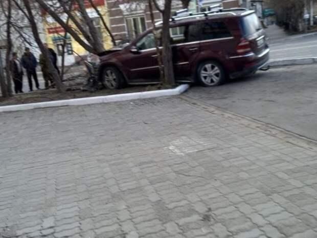 Mercedes и Toyota столкнулись на перекрёстке «Анохина - Полины Осипенко» в Чите