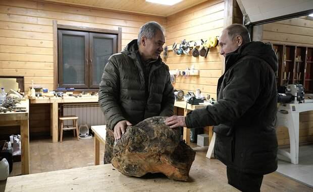 Творчество Сергея Шойгу продадут на благотворительном аукционе. Купить можно вазу и даже стол