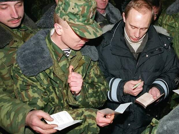 Владимир Путин во время визита в Чечню. 31 декабря 1999 года.