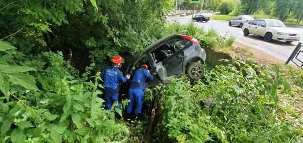 В Ижевске две девушки пострадали при съезде автомобиля в яму