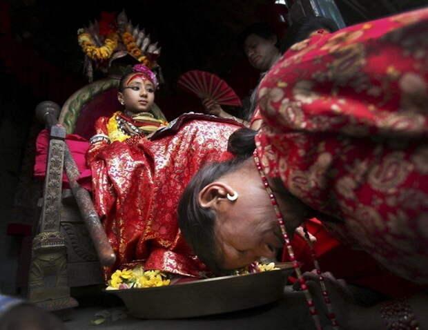 Поклоны и мольбы, обращенные к кумари