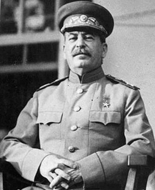 Сталин со звездой героя соцтруда, звезду героя Советского Союза он не носил