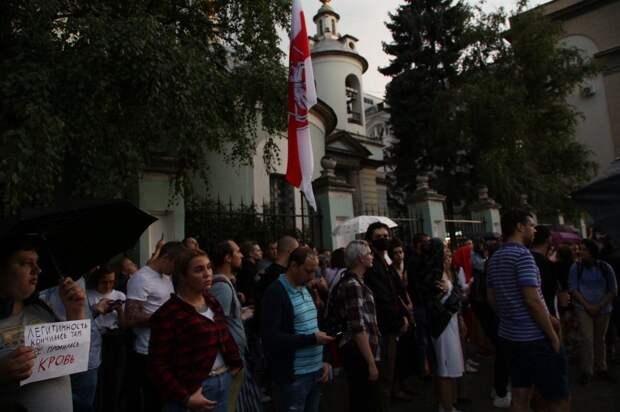 Позор: В центре Москвы развернули флаги белорусских «бандеровцев»