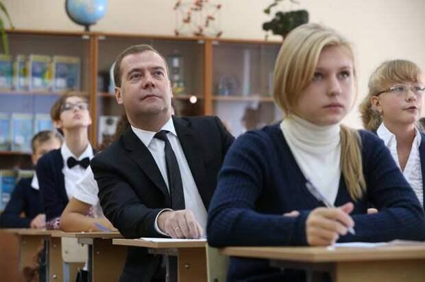 На изображении может находиться: 3 человека, люди сидят и в помещении