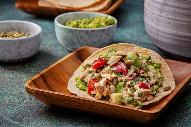 Рецепт: Острые тостады из фасоли с маринованным луком и салатом из редиса