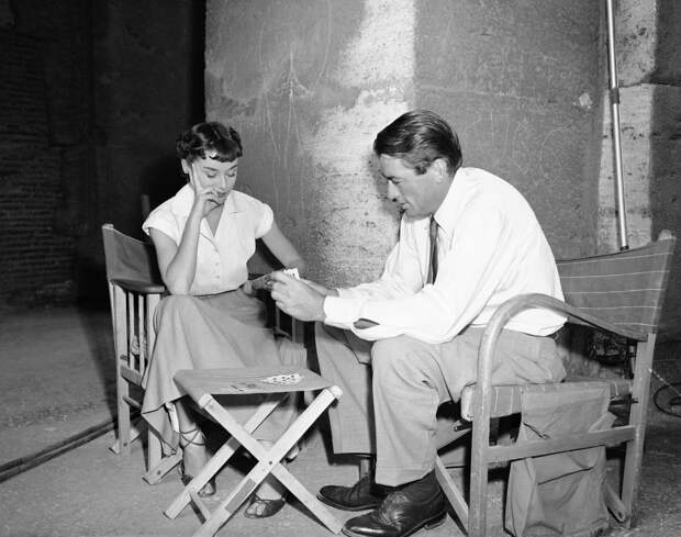 """Одри Хепбёрн и Грегори Пек в перерывах между съёмками фильма """"Римские каникулы""""."""