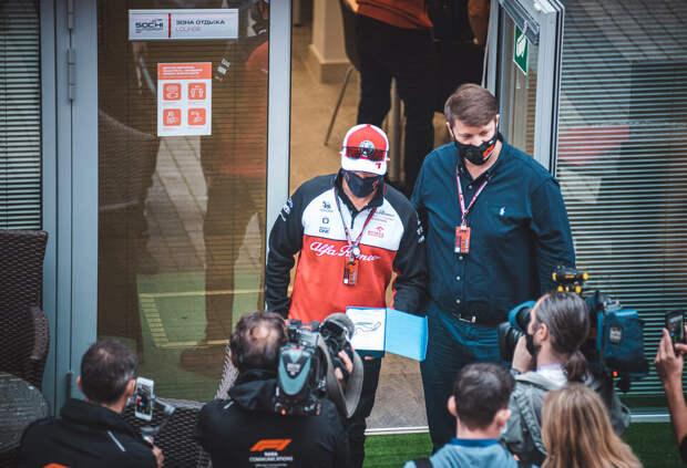Кими Райкконен получил подарок от организаторов Гран При России. Фото