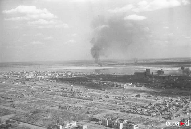 Аэросъемка Сталинграда во время бомбежки. Размещенный на борту Юнкерс Ju-87 «Штука» фотограф делал снимки во время полета бомбардировщика