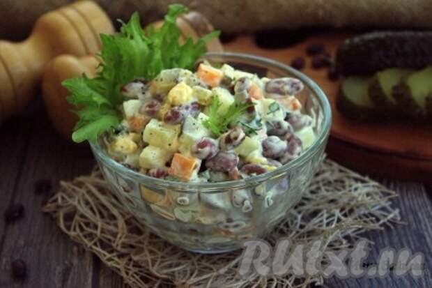 Салат с консервированной фасолью и солёными огурцами