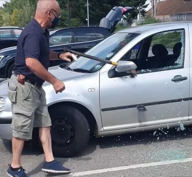 Британец разбил топором чужой автомобиль, чтобы спасти собаку